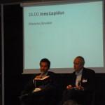 Jens Lapidus intervjuas. Lördagen var kändisintervjudag. De satt i var och varannan monter.