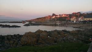 En riktigt vacker midsommarskymning över hamnen i Gudhjem medan vi lyssnar på Midsommarsången.