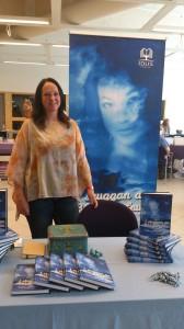 Anna-Karin Andersson med sin bok I skuggan av blå jungfrun